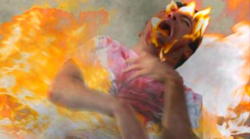 Un militante de Guanyar arde al contacto con agua bendita