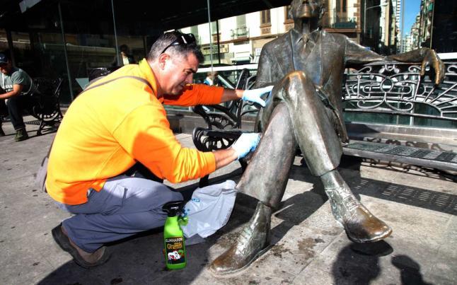 Limpieza de la estatua de Gastón Castelló