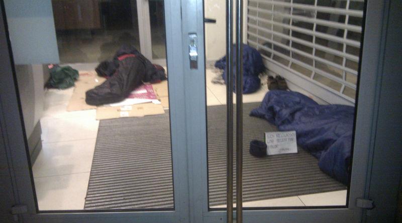 Indigentes durmiendo en un cajero