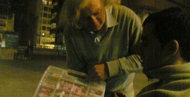 Proponen dedicar una calle al vendedor del maletín de las chucherías