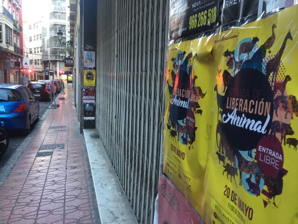 carteles en fachadas de Alicante