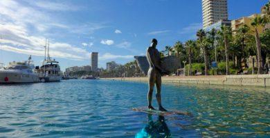 Dimite el buzo que sostiene la estatua del surfista en el Puerto de Alicante