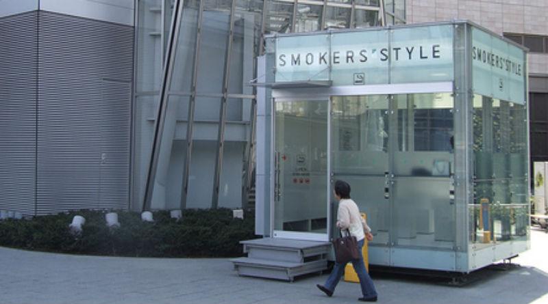 Una cabina de fumadores en una ciudad japonesa
