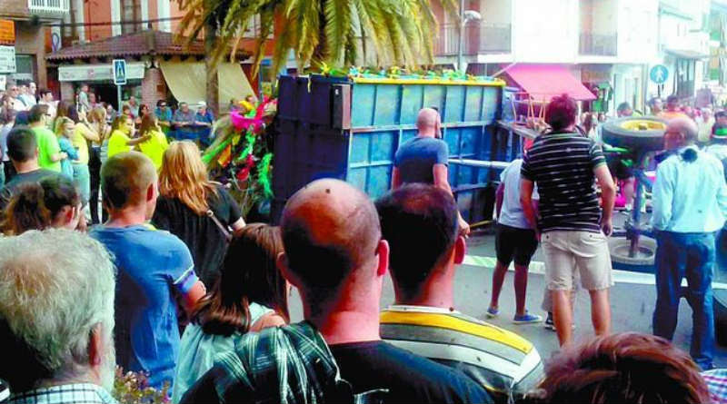 Una carroza del Orgullo Gay en Quatretondeta vuelca al darle otra por detrás