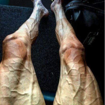 Ni las piernas de un ciclista del Tour terminan tan machacadas como las de los turistas que suben la cuesta del Castillo de Santa Bárbara a pie