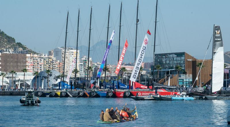 Una patera llega al Race Village de la Volvo Ocean Race en Alicante