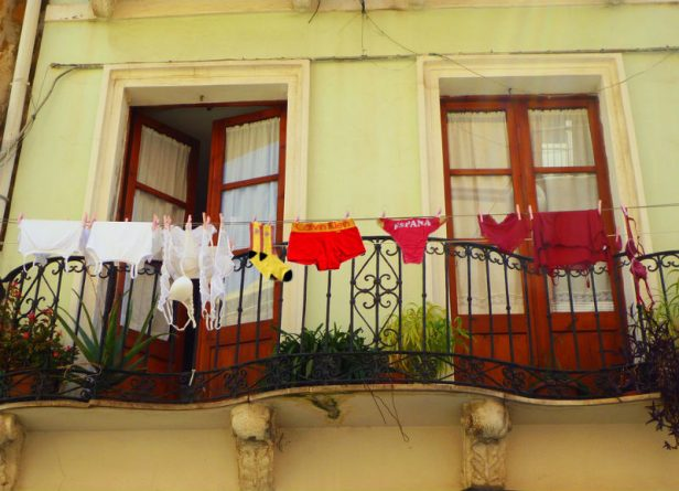 Ropa rojigualda tendida tras el anuncio de sanciones a los balcones con banderas