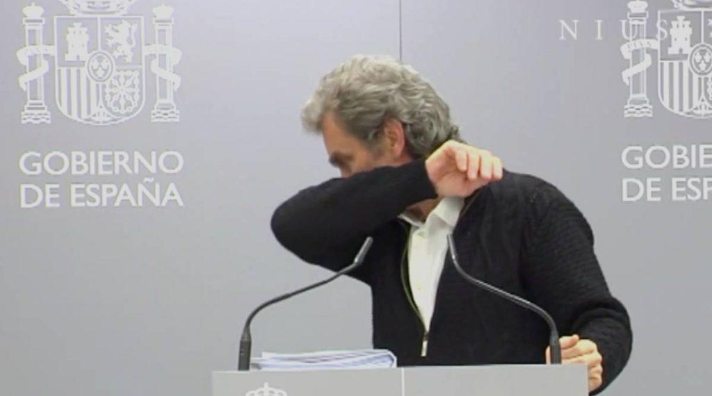Saludo del codo Fernando Simón