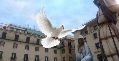 La paloma acercándose a la Virgen María del Belén Gigante de Alicante